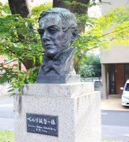 「ペルリ提督の像」と「遣米使節記念碑」