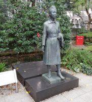 殉職救護員慰霊碑と看護婦立像(日本赤十字社)
